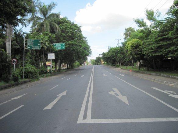 Jalan yang biasanya ramai jadi Sepi dan lenggang saat Hari Nyepi, sumber:nitasaras.wordpress.com
